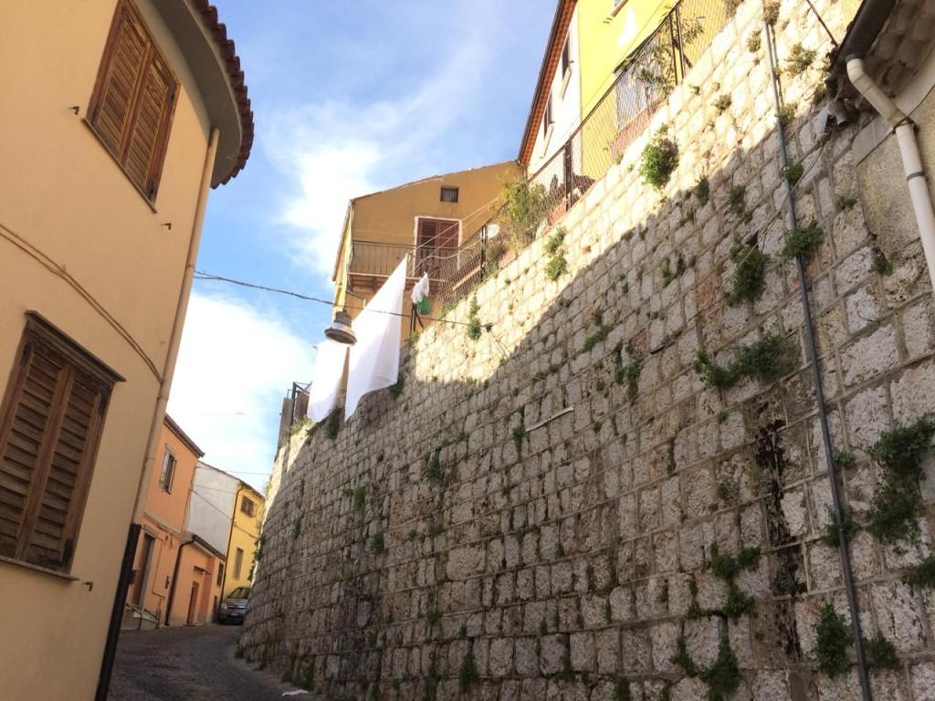Muro medieval em Moliterno: passeio no tempo (Foto Daniela Prandi)