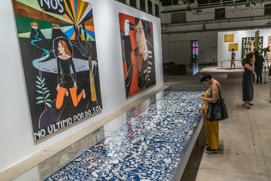 Telas de Vânia Mignone conversam com obra de Claudia Fontes (Foto Martinho Caires)