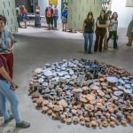 Visitantes apreciam a obra de Antonio Ballester Moreno: Vivan los campos libres, de 2018 (Foto Martinho Caires)