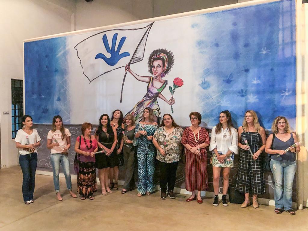 Grupo de mulheres que participam da mostra e homenagem de Synnöve a Marielle Franco (Foto Divulgação)
