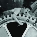 """Charles Chaplin em cena de """"Tempos Modernos"""" (1936), outra ácida crítica à mecanização do trabalho (Foto Reprodução)"""
