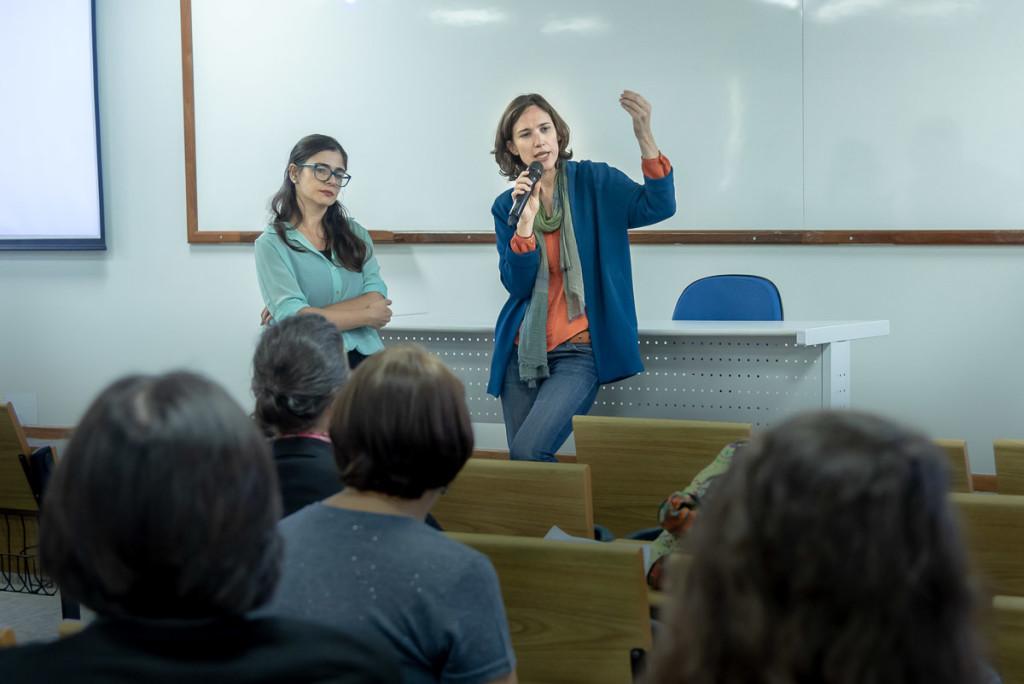 A jornalista e documentarista francesa no debate com os alunos (Foto Martinho Caires)